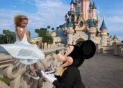 Микки Маус на фоне замка Спящей красавицы